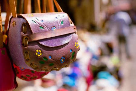 traje mexicano: Bolsos de espuma rosados ??y púrpuras en los mercados de pulgas de México. Foto de archivo