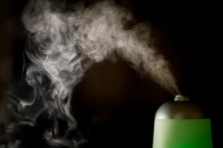 エッセンシャル オイルは、空気中に拡散されています。