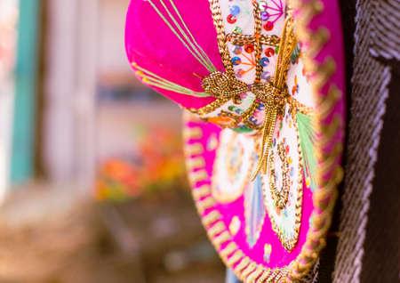 traje mexicano: Un Sombrero rosa en México.