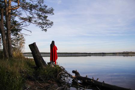 mujer mirando el horizonte: la chica en el lago en una alfombra