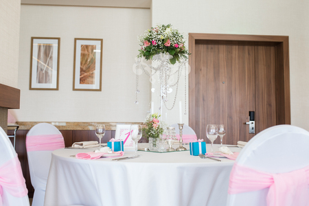 nicely: A very nicely decorated wedding table with plates and serviettes.