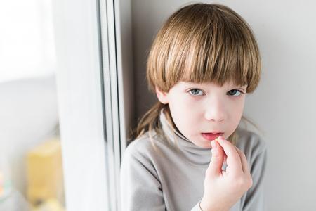 Kleine blonde Junge, Drogen zu nehmen und nehmen Vitamine