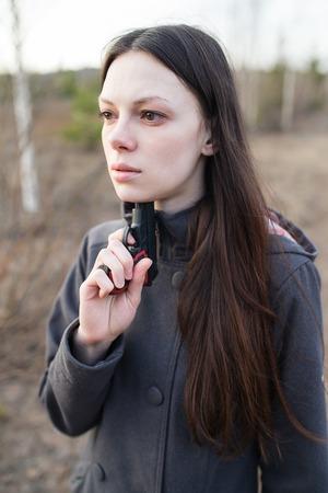 mujer con arma: Mujer con el arma quiere suicidarse Foto de archivo