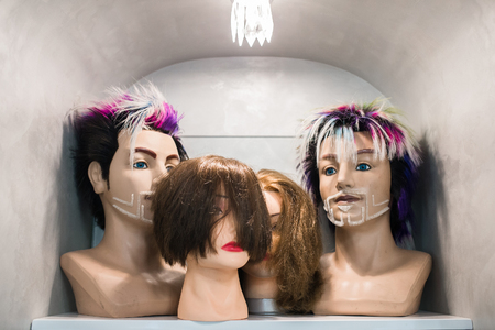 peruke: Mannequin heads with wigs in a hairdressing salon