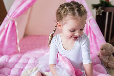 Heureux Enfant Dans Une Tente Tipi. Petite Fille Jouant Dans Une Tente.  Photo