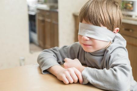 maltrato: El niño fue vendado en casa.