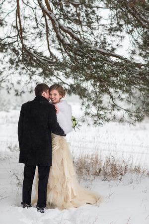 couple winter: Winter wedding couple