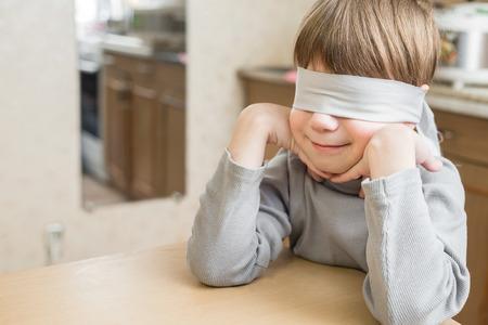 El niño le vendaron los ojos en el hogar