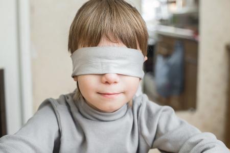El niño tenía los ojos vendados en casa. Violencia contra menores de edad en la familia.