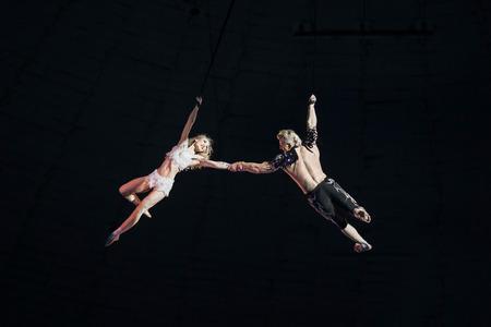 Stunt aerialisten in het circus. Liefde, gevaar en romantiek concept. Stockfoto
