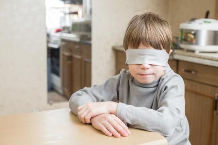 El niño fue vendado en casa.
