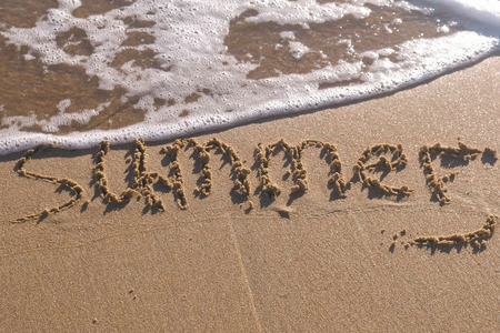 Word Summer written in the sea sand. Waves washed away the inscription. Stockfoto