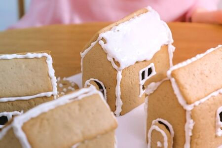 Cooking homemade gingerbread houses with sugar sweet icing 版權商用圖片
