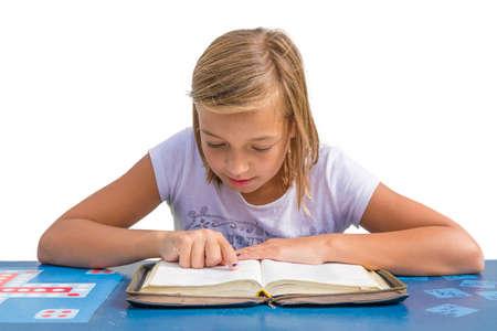 niño orando: Lectura de la muchacha del niño joven y estudiar la biblia santa en el escritorio azul en la iglesia de la escuela dominical Foto de archivo
