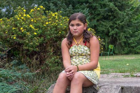 gitana: Bastante bullyed gitana triste solitaria sentada