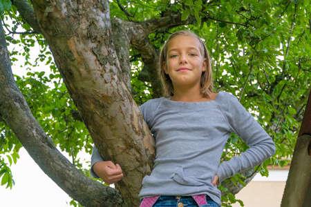 gitana: Muchacha gitana niño pequeño que se coloca en la sonrisa del árbol