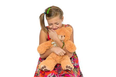 fille pleure: Jeune enfant fille cri solitaire triste � cause de intimidateur ou la violence domestique, isol� sur fond blanc