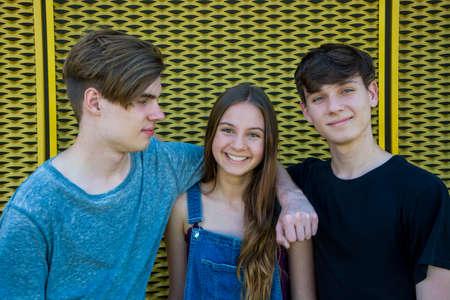グループの 3 人の兄弟兄弟姉妹。弟は若い女の子を保護するために抱っこで低と愛情を表示します。