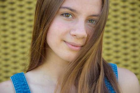 Tiener meisje portret met rustige expressie en lang haar over haar gezicht