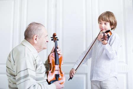 Pradědeček poslechu dítě hrát na housle
