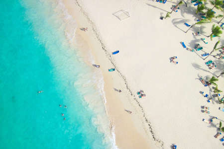 Blick auf einen tropischen Strand von oben