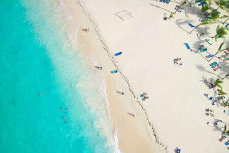 Uitzicht op een tropisch strand van bovenaf
