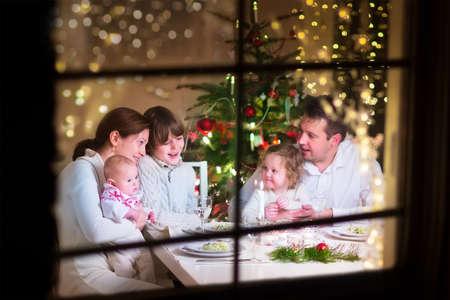 cena navideña: Familia en la cena de Navidad