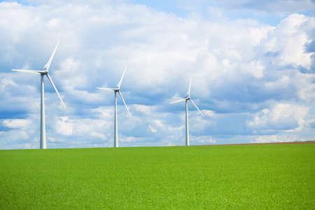 신 재생 발전을위한 현대 에너지 바람 밀, 생태 학적 인식의 개념 스톡 콘텐츠
