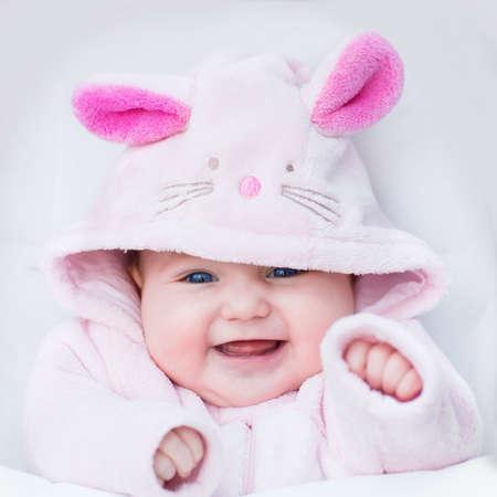 petite fille avec robe: Rire b�b� heureux fille assise dans une poussette blanc dans un lapin dress-up