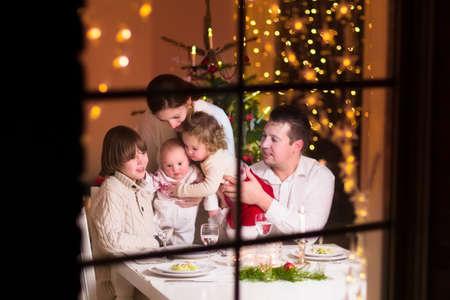 diner aux chandelles: Famille au d�ner de No�l