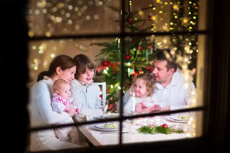 comida de navidad: Familia en la cena de Navidad