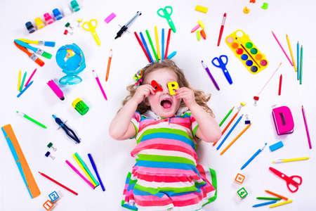 preescolar: Niño con dibujar y pintar suministros. Niños felices de volver a la escuela. Niño preescolar aprender y estudiar. Niños Creativas en el jardín de infantes. Fuente de oficina objetos de colección.