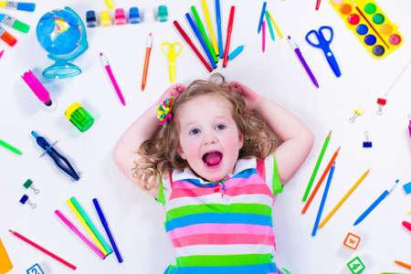 ir al colegio: Ni�o con dibujar y pintar suministros. Ni�os felices de volver a la escuela. Ni�o preescolar aprender y estudiar. Ni�os Creativas en el jard�n de infantes. Fuente de oficina objetos de colecci�n.