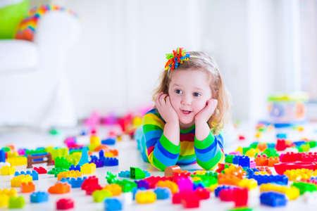 화려한 장난감 블록과 재생 미 취학 아동. 아이들은 유치원이나 보육에서 교육 장난감을 재생합니다. 유치원 아이들이 플라스틱 블록 타워를 구축 할 수 있습니다. 보육 유아 아이. 스톡 콘텐츠
