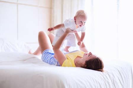 recien nacido: La madre y el beb� se relaja en el dormitorio blanco Foto de archivo