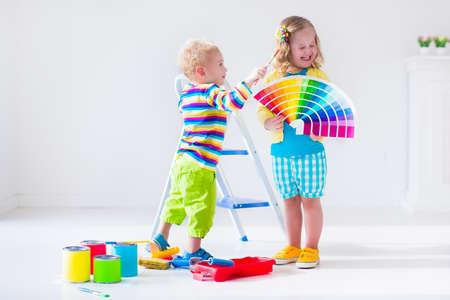 家族の家を改造します。自宅の改造、改修します。子供たちはカラフルなブラシやローラーで壁を塗るします。子供たちは、壁をペイントします。子供の保育園や子供部屋のサンプル パレットの明るい色の選択。