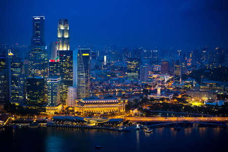 Night view of Singapore city center. Skyline of central districts. Modern architecture in Asia. Financial buildings, skyscrapers at night. Waterfront and the sea. Standard-Bild