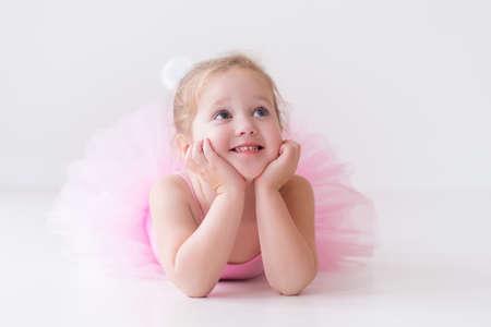 T�nzerIn: Kleine Ballerina M�dchen in einem rosa Tutu. Entz�ckendes Kind tanzt klassisches Ballett in einem wei�en Studio. Kinder tanzen. Kids Durchf�hrung. Junge begnadeter T�nzer in einer Klasse. Vorschulkind nehmen Kunstunterricht.