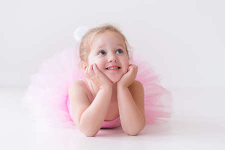 taniec: Mała baleriny dziewczyna w różowym tutu. Adorable dziecko tańczy balet klasyczny w studiu białego. Dzieci tańczą. Dzieci wykonywania. Młody utalentowany tancerz w klasie. Przedszkole dzieckiem lekcje sztuki.
