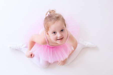tanzen: Kleine Ballerina M�dchen in einem rosa Tutu. Entz�ckendes Kind tanzt klassisches Ballett in einem wei�en Studio. Kinder tanzen. Kids Durchf�hrung. Junge begnadeter T�nzer in einer Klasse. Vorschulkind nehmen Kunstunterricht.
