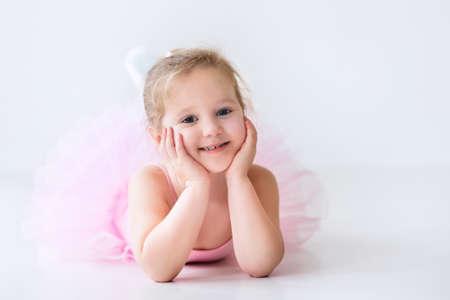zapatillas ballet: Bailarina de niña pequeña en un tutú rosado. Adorable niño bailando ballet clásico en un estudio de blanco. Los niños bailan. Niños realizando. Bailarina talentosa joven en una clase. Niño preescolar a tomar clases de arte.