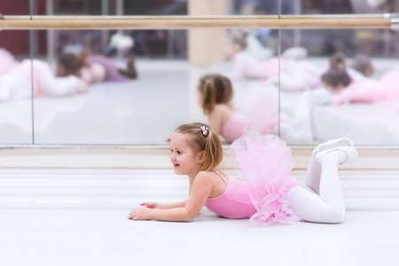 Kleine Ballerina Mädchen in einem rosa Tutu. Entzückendes Kind tanzt klassisches Ballett in einem weißen Studio. Kinder tanzen. Kids Durchführung. Junge begnadeter Tänzer in einer Klasse. Vorschulkind nehmen Kunstunterricht.