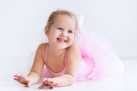 Bailarina de niña pequeña en un tutú rosado. Adorable niño bailando ballet clásico en un estudio de blanco. Los niños bailan. Niños realizando. Bailarina talentosa joven en una clase. Niño preescolar a tomar clases de arte. Foto de archivo - 54638957