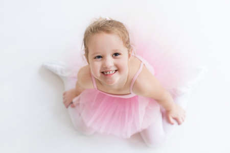 danza clasica: Bailarina de niña pequeña en un tutú rosado. Adorable niño bailando ballet clásico en un estudio de blanco. Los niños bailan. Niños realizando. Bailarina talentosa joven en una clase. Niño preescolar a tomar clases de arte.