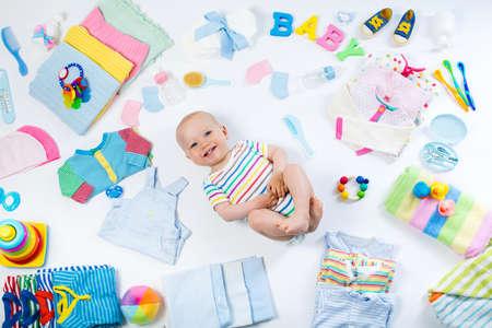 Baby auf weißem Hintergrund mit Kleidung, Toilettenartikel, Spielzeug und medizinische Versorgung Zubehör. Merkzettel oder Einkaufs Übersicht für Schwangerschaft und Baby-Dusche. Ansicht von oben. Kinderernährung, Ändern und Bade Standard-Bild