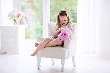 Roze Slaapkamer Stoel : Ruikende het boeketzitting van de pioenbloem op een witte stoel in