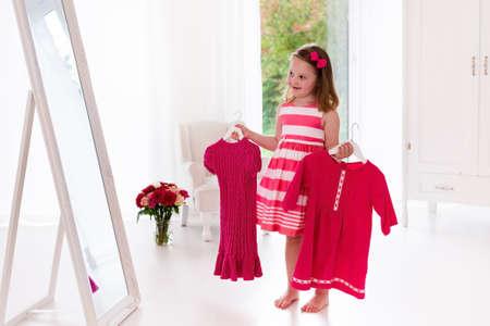 Kleines Mädchen Kleider In Weißen Schlafzimmer Wählen. Kind ...