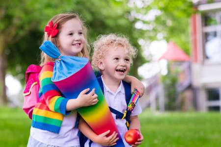 子供は学校に行きます。男の子と女の子の伝統を保持しているキャンディー コーンの最初の学校の日に。ほとんどの生徒に学校に戻ることに興奮し