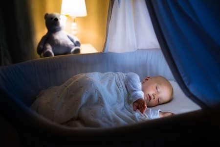 Bebé Recién Nacido En La Cama. Niño Recién Nacido Durmiendo Bajo Una ...