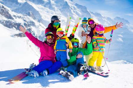 Vacaciones de esquí en familia. Grupo de esquiadores en los Alpes suizos montañas. Adultos y niños de corta edad, el adolescente y el esquí en invierno bebé. Los padres enseñan a los niños Esquí alpino. equipo de esquí y el desgaste, cascos de seguridad. Foto de archivo - 63589492